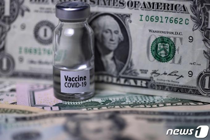 달러 지폐와 코로나19 백신 주사병AFP=뉴스1