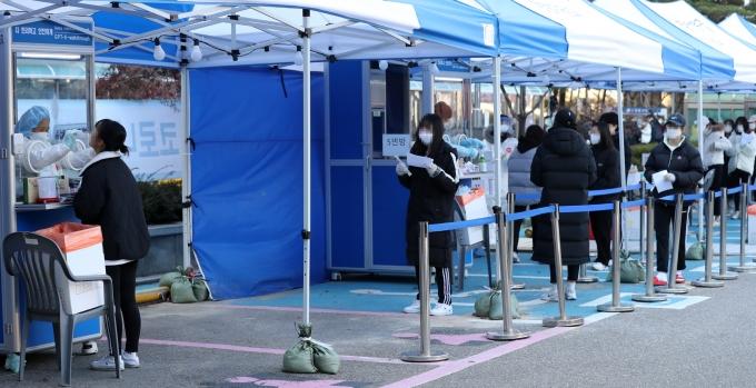코로나19 확산세가 이어지고 있다. 사진은 서울 동대문구 보건소에 마련된 코로나19 선별진료소. /사진=뉴시스 이영환 기자