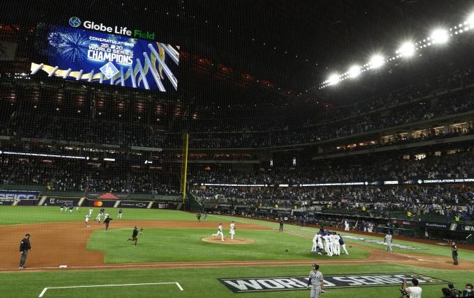 """미국 메이저리그 30개 구단이 """"코로나19로 인한 손실 보상하라""""며 보험사에 소송을 제기했다. 사진은 올해 월드시리즈 우승 당시 다저스 선수들 모습. /사진=로이터(뉴스1)"""