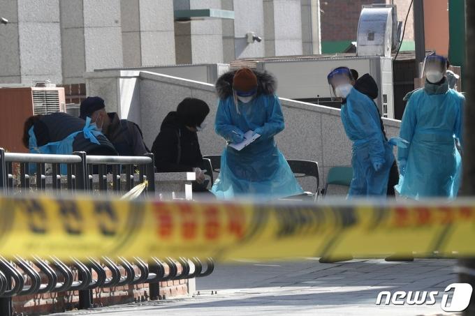4일 오전 서울 중랑구 보건소 선별진료소에서 시민들이 신종 코로나바이러스 감염증(코로나19) 진단 검사를 받기 위해 대기하고 있다.  © News1 황기선 기자