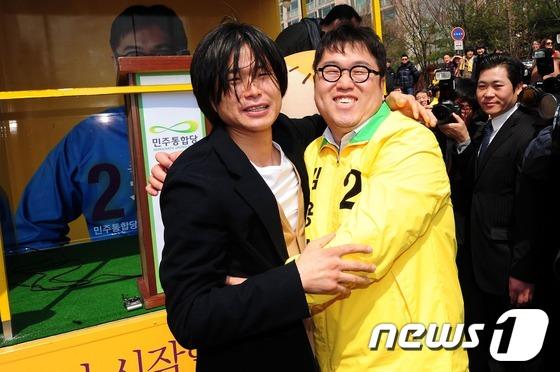 지난 2012년 총선 마지막 주말 유세 당시 김용민씨(오른쪽)와 주진우 전 기자 모습. © News1