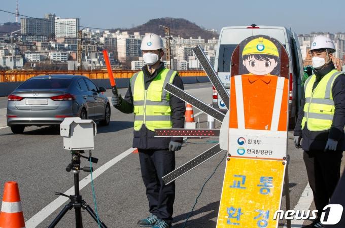 한국환경공단 직원들이 지난 11월30일 서울 동호대교 남단에서 주행 중인 차량 배출가스를 원격 단속하는 모습. 2020.11.30/뉴스1 © News1 안은나 기자
