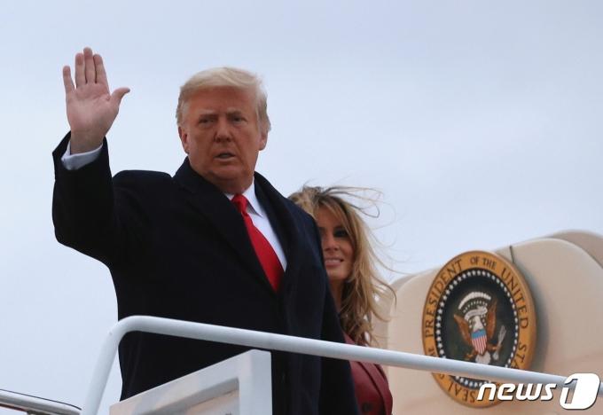 도널드 트럼프 미국 대통령이 5일(현지시간) 미국 메릴랜드 주 앤드루스 기지에서 에어포스원에 오르면 손을 흔들고 있다. 트럼프 대통령은 조지아로 가서 선거운동을 할 계획이다.  © 로이터=뉴스1