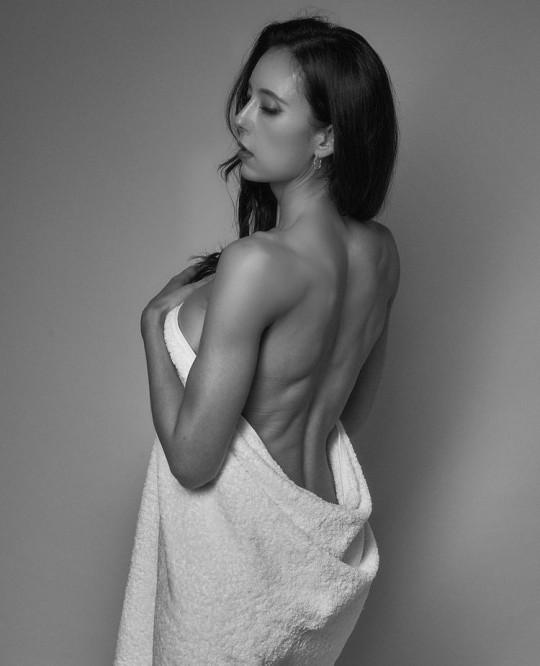 방송인 에바 포피엘이 등근육을 자랑했다. /사진=에바 포피엘 인스타그램