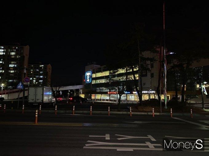 저녁 8시40분 인근 대형마트 주차장은 한산했다. /사진=정소영 기자