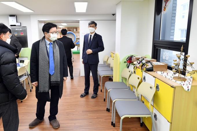 염태영 시장이 8일 다함께돌봄센터 6호점을 점검하고 있다. / 사진제공=수원시