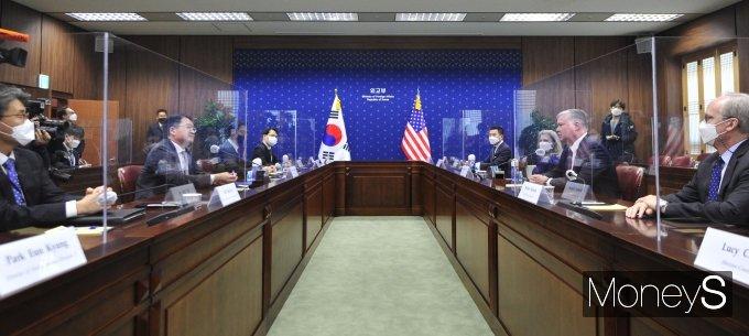 [머니S포토] 최종건 차관·스티븐 비건 미국 국무부 부장관 회담