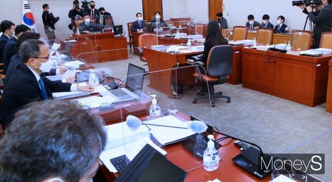 [머니S포토] 30분 지연 개회된 국회 법사위 전체회의