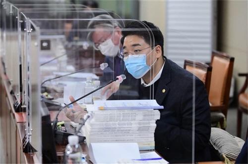 서울시의회 이동현 의원이 지난8일 열린 교육위원회에서 질의를 하고 있다./사진=서울시의회 제공