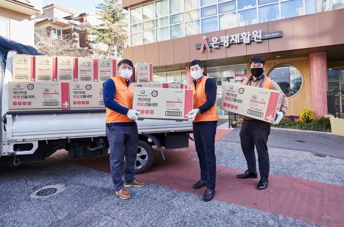 한화건설 봉사단이 서울 은평재활원에 방역물품을 전달하고 있다. / 사진=한화그룹