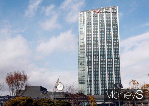 한국전력은 9일 국내 최초로 신재생에너지를 종합 감시·운영하는 '제주 신재생센터' 개소식을 열고 본격적인 운영에 들어갔다. 한전본사 전경/머니S DB