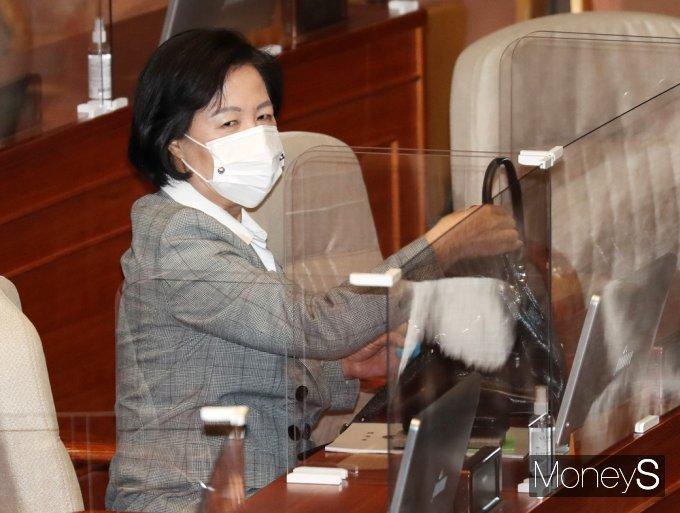 [머니S포토] 공수처 관련 국회 본회의 출석한 '추미애'
