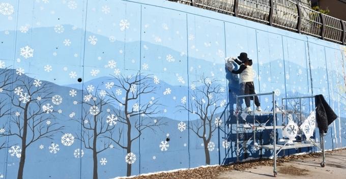 의정부시가 공공미술 프로젝트 '우리동네 미술'의 일환으로 추진하는 백석천 대형 명품벽화사업 모습. / 사진제공=의정부시