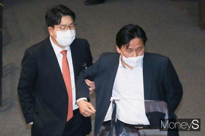 [머니S포토] 공정3법 투표 불성립, 김영진 팔 붙잡는 권선동