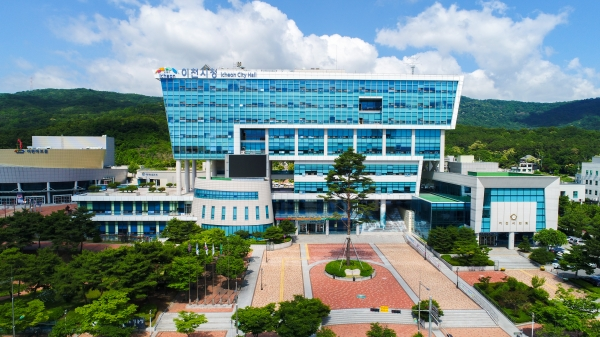 이천시(시장 엄태준)는 이천교육지원청과 공동으로 '2021 이천혁신교육지구 사업설명회'를 9일 온라인(ZOOM)으로 개최했다. / 사진제공=이천시