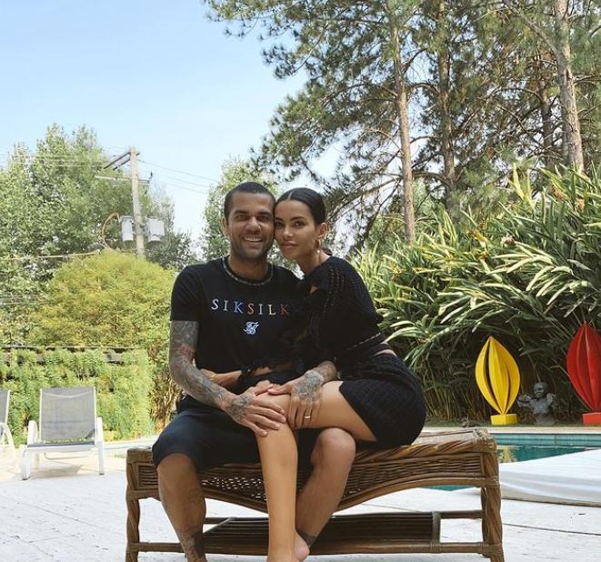 조아나 샌즈(오른쪽)-다니 알베스 부부가 포즈를 취하고 있다. /사진=샌즈 인스타그램 캡처
