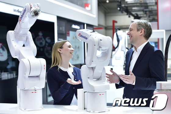 지난해 4월 LG전자가 독일 하노버에서 열린 산업 기술 전시회 '하노버 메세 2019'에 처음으로 참가해 다양한 지능형 제조 솔루션을 공개했다. LG전자 부스를 방문한 관람객들이 로보스타의 수평다관절 로봇과 수직다관절 로봇을 살펴보고 있다. LG전자는 로보스타의 경영권을 인수한 최대주주다./사진=뉴스1