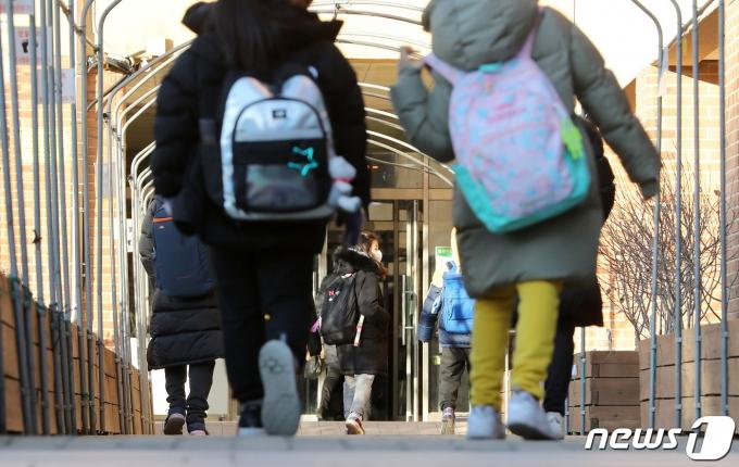 수도권(서울·경기·인천)의 각급 학교가 오늘(15일)부터 등교수업을 중단하고 전면 원격수업으로 전환한다. 사진은 지난 14일 서울의 한 초등학교에서 학생들이 올해 마지막 등교를 하는 모습. /사진=뉴스1