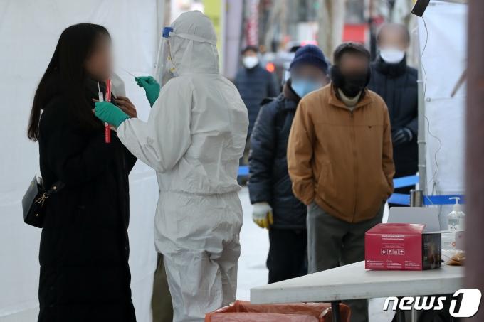 지난 14일 오후 서울 종로구 탑골공원 앞에 마련된 신종 코로나바이러스 감염증(코로나19) 임시 선별진료소를 찾은 시민들이 검사를 받고 있다. /사진=뉴스1