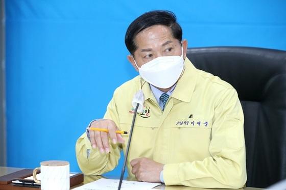 이재준 고양시장이 지난 14일 소상공인 임대료 감면대책을 촉구하는 국민청원을 제안했다. / 사진제공=고양시