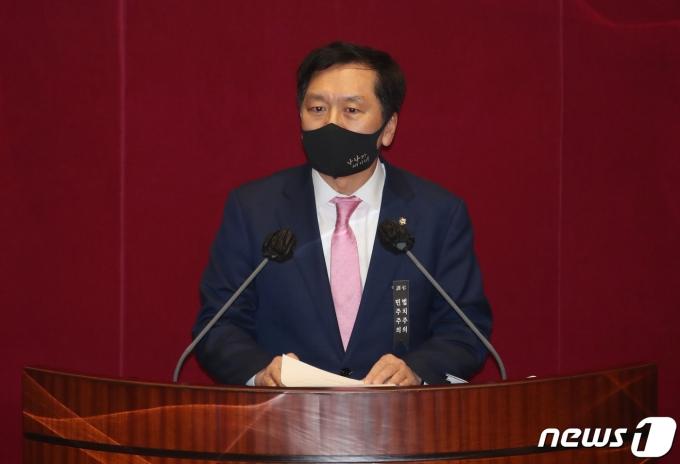 김기현 국민의힘 의원이 지난 9일 밤 서울 여의도 국회에서 열린 본회의에서 공수처(고위공직자범죄수사처)법 개정안에 대한 필리버스터(무제한 토론을 통한 합법적 의사진행 방해)를 하고 있다. /사진=뉴스1