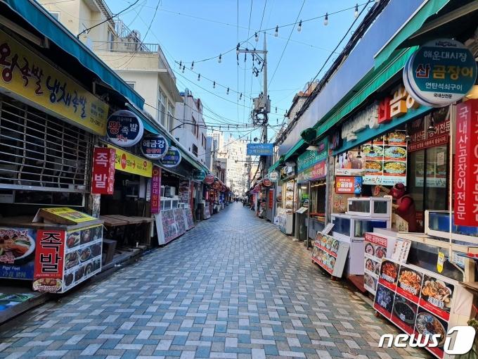부산의 사회적 거리두기가 2.5단계로 격상된 15일 해운대 전통시장이 오가는 이 없이 텅 비어 있다. /사진=뉴스1 황덕현 기자