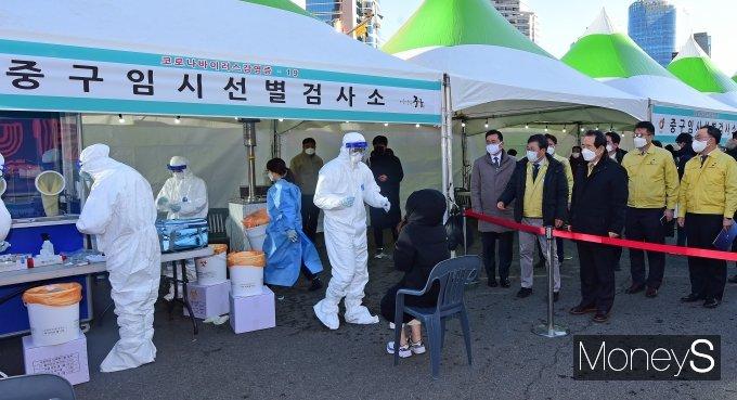 [머니S포토] 서울역 선별검사소 둘러보는 정세균 국무총리