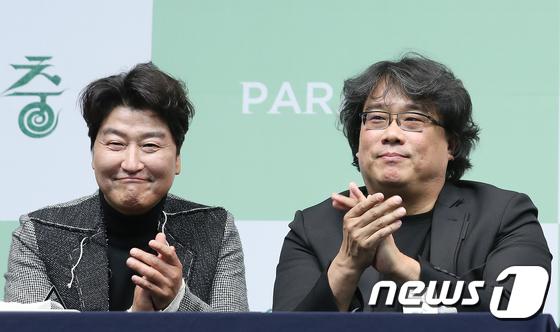배우 송강호(왼쪽)와 봉준호 감독이 지난 2월19일 오전 서울 중구 소공로 웨스틴조선호텔에서 열린 영화 '기생충' 기자회견에 참석했다. /사진=뉴스1