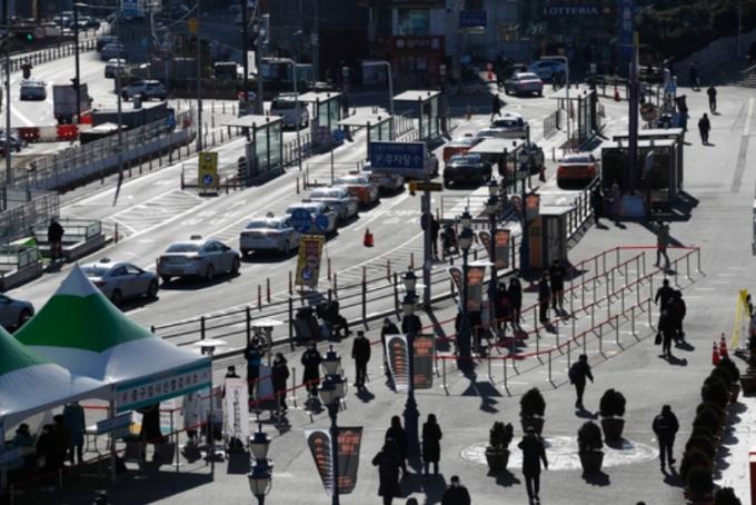 코로나19 신규 확진자 증가세가 결국 사회적 거리두기 3단계 격상 기준을 넘어섰다. 사진은 지난 16일 서울 중구 서울역 광장에 마련된 임시 선별진료소에 시민들이 코로나19 진단검사를 받기 위해 기다리는 모습. /사진=뉴스1