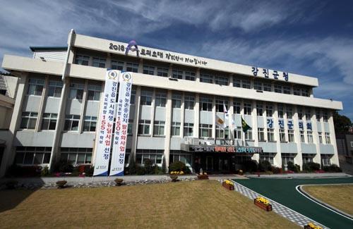 전남 강진군이 '2020년 전라남도 농산물 유통·농식품 업무' 평가 결과 영예의 '대상'을 수상했다. 강진군청 전경