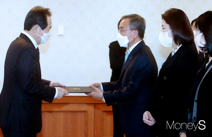 [머니S포토] 정세균 국무총리 '국가산학연 협력위원회' 위촉