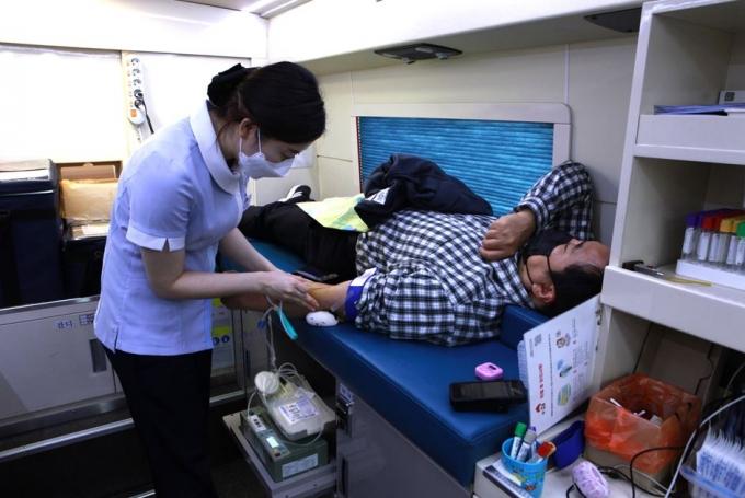 고양도시관리공사(사장 김홍종)가 코로나19 장기화에 따른 국가적 혈액수급 위기를 극복하기 위해 지난 18일 '사랑의 헌혈'에 나섰다고 19일 밝혔다. / 사진제공=고양도시관리공사
