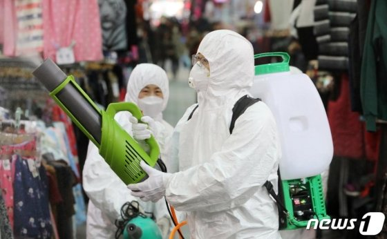 최근 의료기관·요양시설 관련 집단감염 사례가 증가하면서 방역당국에 비상이 걸렸다.  /사진-뉴스1DB