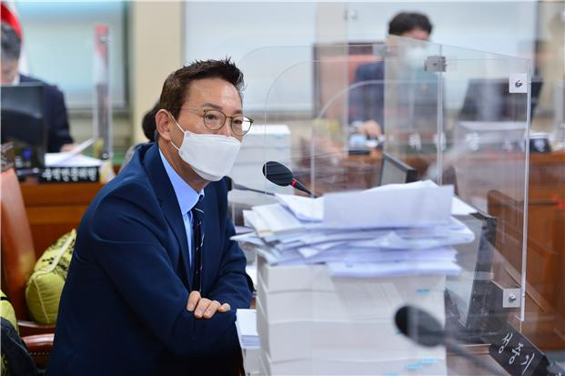 서울시의회 성종기 의원이 지난 17일 열린 교통위원회에서 안건 발의를 하고 있다./사진제공=서울시의회