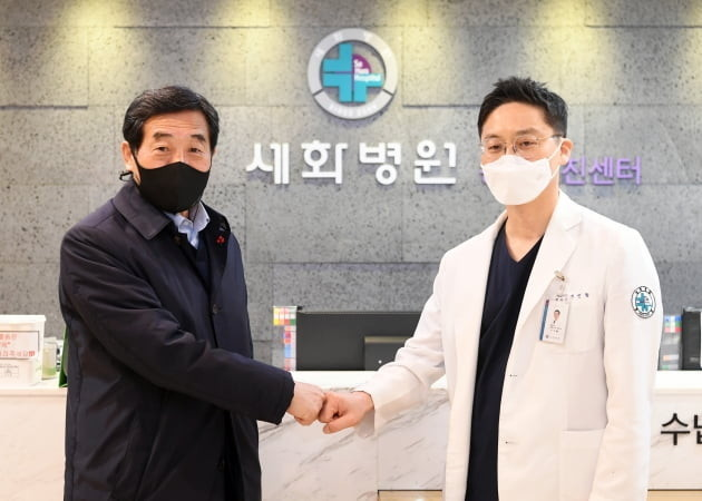 윤화섭(사진 왼쪽) 안산시장은 21일 감염병 전담병원 지정을 신청한 지인환 세화병원장을 방문해 감사의 뜻을 전했다. / 사진제공= 안산시