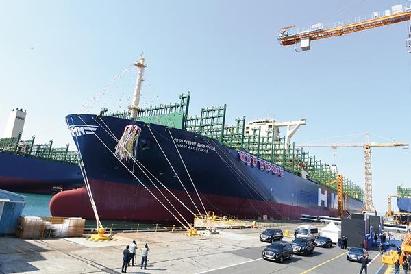 세계 최대 컨테이너선 명명식을 앞둔 '알헤시라스' 호가 경남 거제시 대우조선해양 옥포조선소 앞 바다에 떠 있다. /사진=대우조선해양