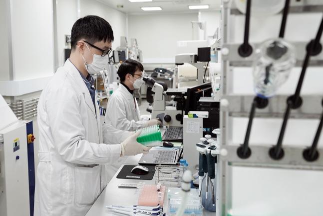 신종 코로나바이러스 감염증(코로나19) 백신 개발 기업인 SK바이오사이언스에서 연구원들이 백신 개발에 몰두하고 있다./사진=유승관 뉴스1 기자