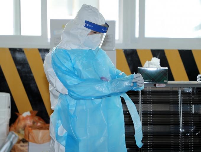 광주 북구보건소 선별진료소에서 의료진이 코로나19 검사를 위한 장비를 착용하고 있다./사진=뉴스1 허단비 기자