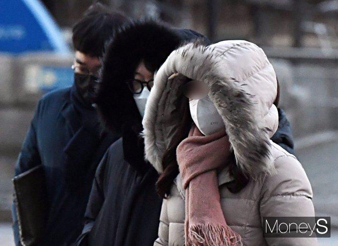 북극발 한파에 전국적으로 기온이 영하 10도 안팎으로 떨어질 전망이다. 사진은 최근 서울 여의도 환승센터에서 시민들이 출근하는 모습. /사진=장동규 기자