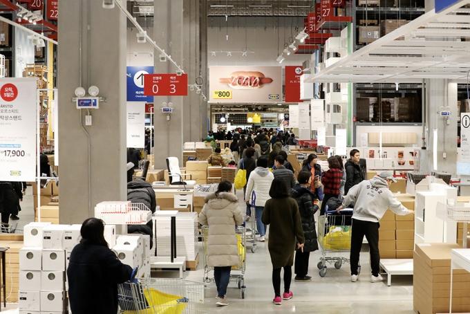이케아 매장은 연일 인파로 붐비지만 국내 소비자 혜택은 높지 않다. 사진은 이케아 기흥점. /사진=뉴스1 DB