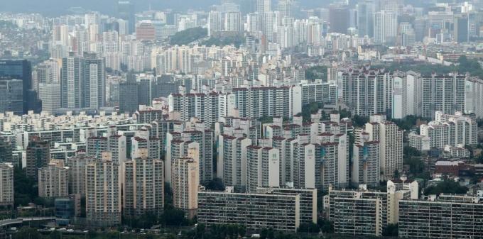 서울부동산정보광장이 제공하는 계약일 기준 부동산거래현황에 따르면 지난해 10월 전세 거래는 9315건, 11월 6930건, 12월 5890건으로 집계됐다. 거래량이 계속 감소하고 있고, 2년 전과 비교하면 감소세가 점점 커지고 있다. /사진=머니투데이