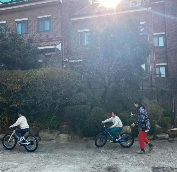 이휘재·문정원 부부가 아래층에 사는 주민과 층간소음 갈등에 휘말렸다. /사진=문정원 인스타그램