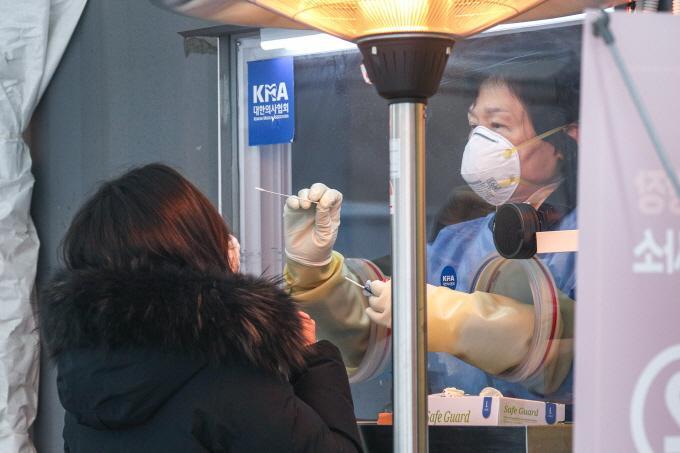신종 코로나바이러스 감염증(코로나19) 신규검진 건수 대비 확진율이 이틀 연속 0%대를 보이고 있다. 12일 서울 중구 서울광장에 마련된 코로나19 임시 선별진료소에서 시민들이 검사를 받고 있다. /사진=뉴스 성동훈 기자