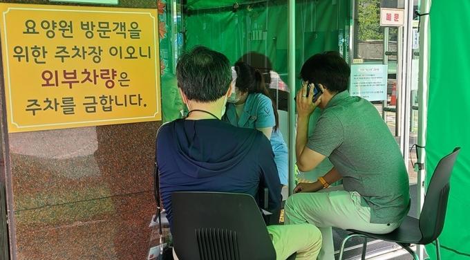 성남시는 코로나19 확산으로 면회가 금지된 47곳 노인요양시설 입소 어르신(1952명)이 가족과 영상으로 만날 수 있도록 '디지털 면회'를 시행하고 있다고 13일 밝혔다. / 사진제공=성남시