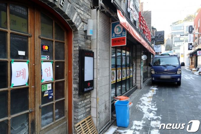 국민 10명 중 5명이 자영업자 코로나19 휴업 보상제에 찬성한다고 응답한 조사 결과가 나왔다. 사진은 지난 10일 폐업 안내문이 붙어있는 이태원 거리의 한 상가. /사진=뉴스1