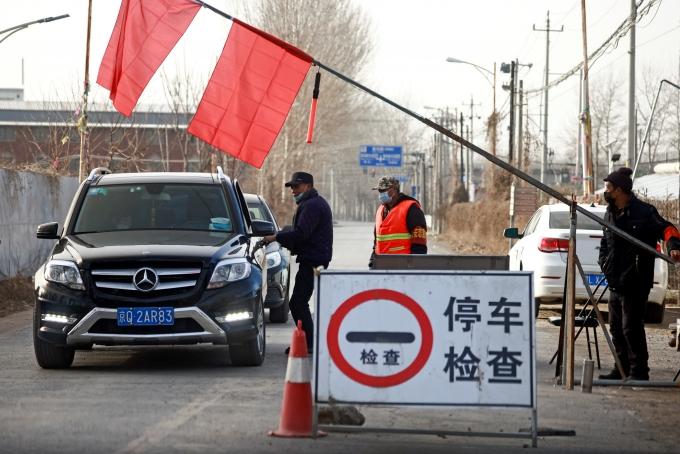 중국 허베이성과 헤이룽장성에서 코로나19 확진자가 급증하면서 본토 확진자가 5개월여만에 세자릿수를 기록했다. 사진은 중국 베이징에서 자원봉사자들이 코로나19 확산을 막기 위해 외부에서 들어오는 차를 검문하고 있는 모습. /사진=로이터