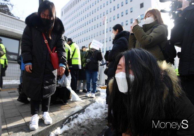 [머니S포토] '정인이 사건' 첫 재판…눈물 흘리는 시민들
