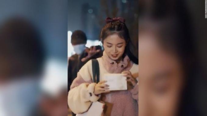 중국에서 치한이 여성의 민낯을 보고 도망가는 내용의 화장품 광고가 논란이 됐다. 사진은 논란이 된 광고의 한 장면. /사진=머니투데이(트위터 캡처)