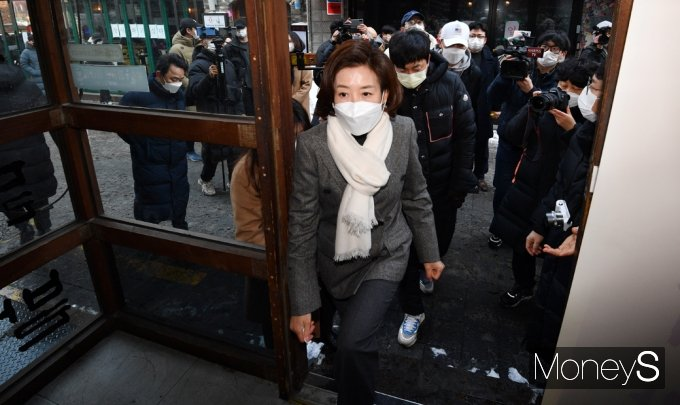[머니S포토] 폐업 상태 점포 방문한 '나경원'