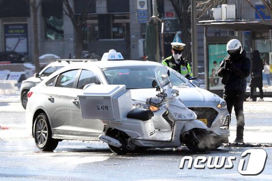 빙판길 추돌사고로 망가진 자동차 보험처리 과정에 대한 관심이 커지고 있다. 사진은 지난 7일 서울시내 한 도심에서 발생한 교통사고 장면./사진=뉴스1